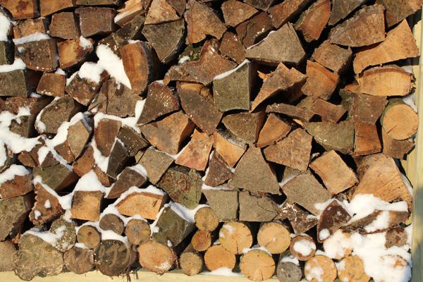 houtstapel-met-sneeuw-tuinblogger
