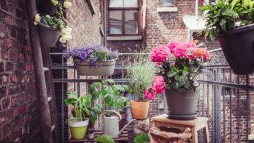 In een kleine tuin of op je balkon is kunstgras een mooi alternatief